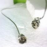 Zilveren spang met bloemvormen.