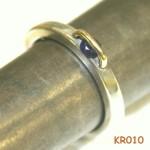 Zilveren ring met saffier en draad van geelgoud.