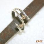 Zilveren ring met twee massief gouden balletjes.