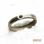Zilveren ring met sepia patroon en saffier.