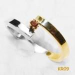 Gouden ring van wit en geelgoud met purple diamant.
