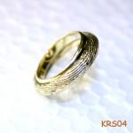 Gouden ring gemaakt van een trouwring en een ring met sepia patroon.