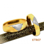 Trouwringen van geelgoud met witgoud en in de damesring een diamant.