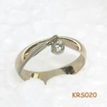 Geelgouden ring met een witgouden draad en diamant.