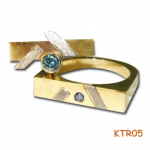 Trouwringen van geel en witgoud met blauwe diamant.
