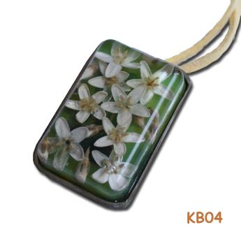 Zilveren hanger met witte bloemen. KB04
